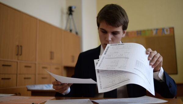 Ученик во время пробного Единого государственного экзамена. Архивное фото