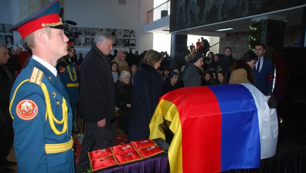 Родные и близкие на церемонии прощания с главой Северной Осетии Тамерланом Агузаровым во Владикавказе
