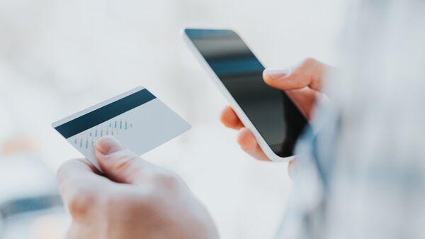 Кредитная карта и мобильный телефон