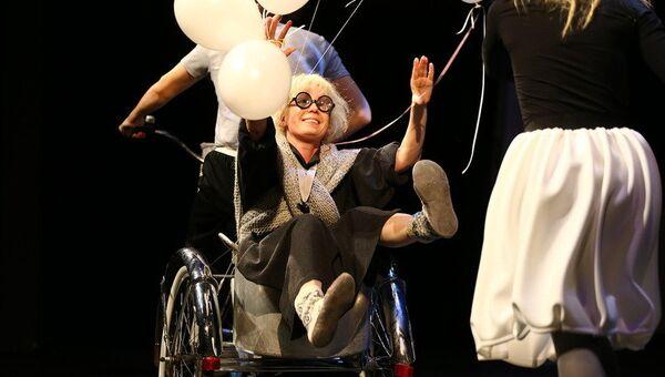 Чулпан Хаматова в роли бабушки в спектакле СтихоВаренье