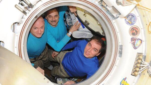 Экипаж Союза ТМА-18М перед закрытием люков. 2 марта 2016