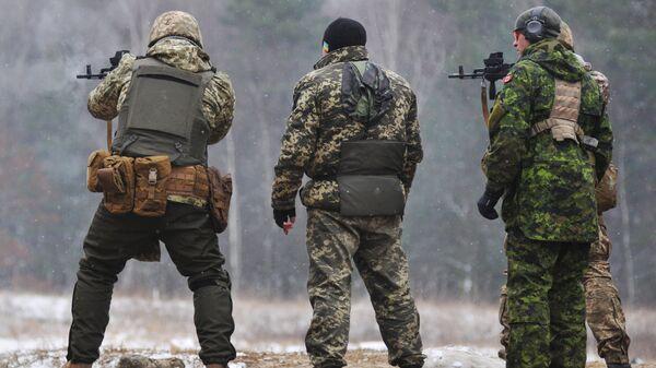 Канадские инструкторы обучают украинских военнослужащих по программе разработанной в Канаде UNIFIER на Яворивском полигоне во Львовской области