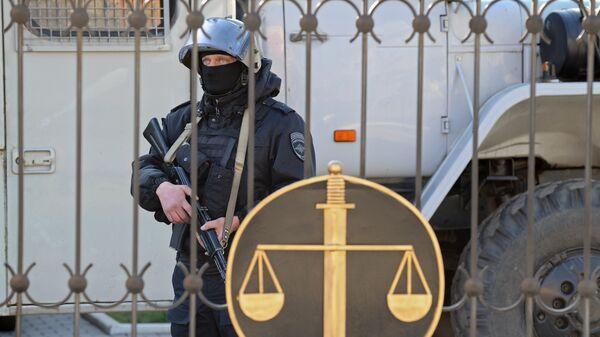 Сотрудник правоохранительных органов у здания Донецкого городского суда Ростовской области. Архивное фото