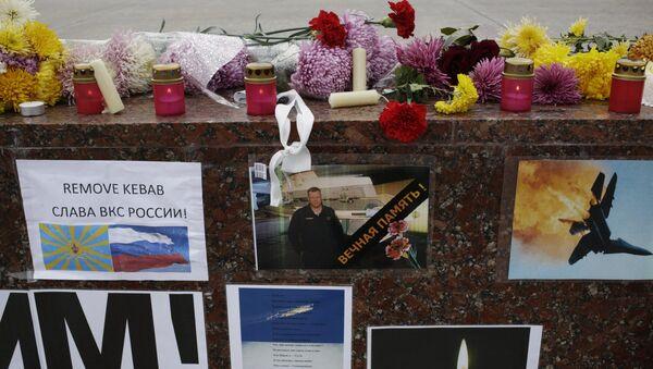 Плакаты, осуждающие атаку ВВС Турции на российский Су-24, на площади Ленина в Симферополе