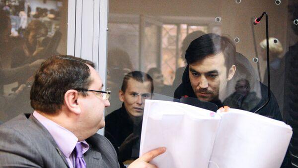 Граждане России Евгений Ерофеев и Александр Александров, обвиняемые в ряде военных преступлений на Украине, и адвокат Юрий Грабовский. Архивное фото