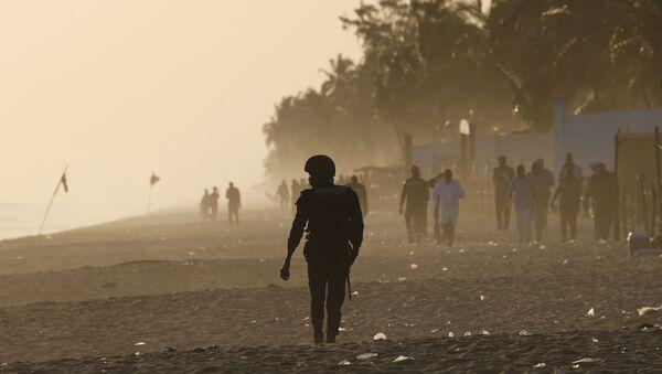 Военный на пляже у отеля Гран-Басам, на который напали вооруженные люди