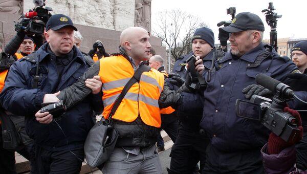 Сотрудники полиции задерживают бывшего внештатного корреспондента телеканала RT Грэма Филлипса во время шествия латышского легиона Ваффен СС в Риге