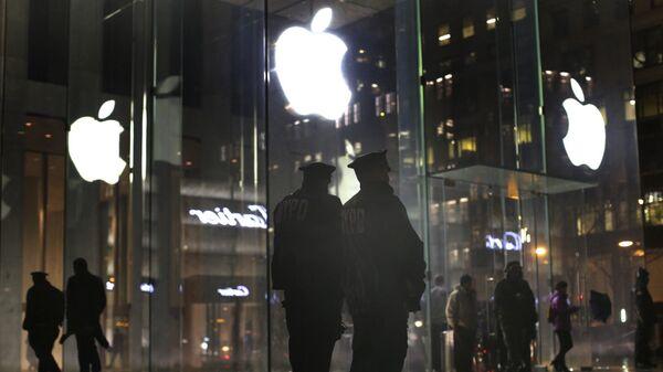 Полицейские возле магазина Apple store во время демонстрации против сотрудничества компании Apple и ФБР в Нью-Йорке, США
