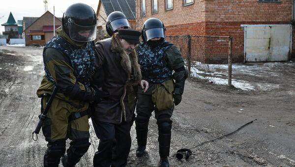 Сотрудники правоохранительных органов производят задержание в поселке Плеханово в Тульской области