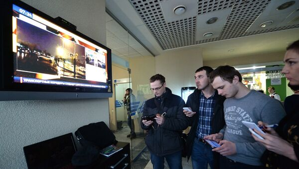 Люди стоят у телевизора в аэропорту Ростова-на-Дону