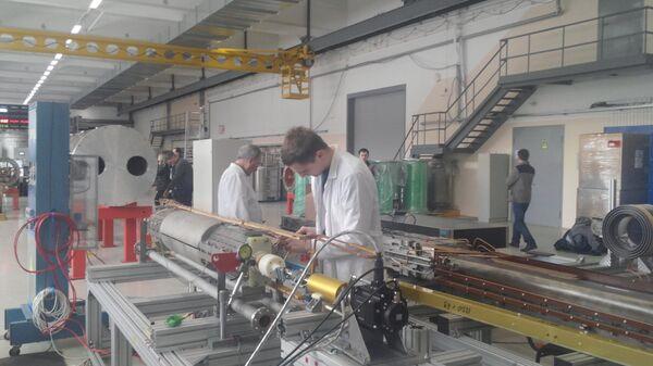 Ученые проверяют сверхпроводящие магниты на заводе по их изготовлению в Дубне