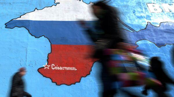 Прохожие у нарисованной на стене карты Крыма. Архивное фото
