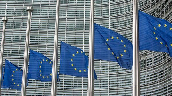 Флаги возле штаб-квартиры Европейской комиссии в Брюсселе. Архивное фото
