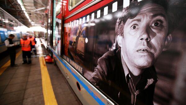 Поезд Герои на все времена перед выездом на пробный проезд на кольцевую линию метрополитена из электродепо Красная Пресня