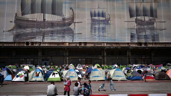 Мигранты в порту Пирея, Греция. Архивное фото