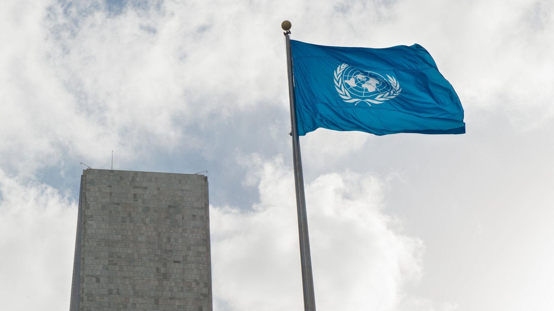 Флаг у Штаб-квартиры ООН - РИА Новости, 1920, 03.06.2021