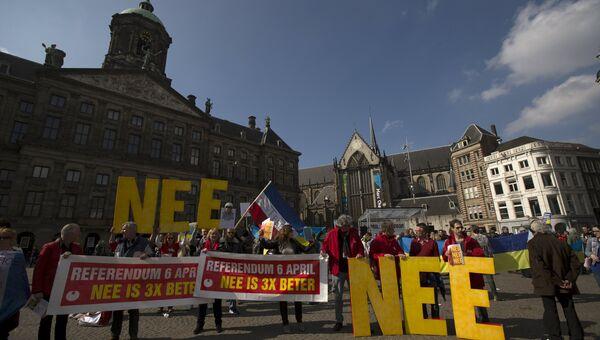 Демонстранты в Нидерландах призывают проголосовать против соглашения об ассоциации Украины и ЕС. Архивное фото