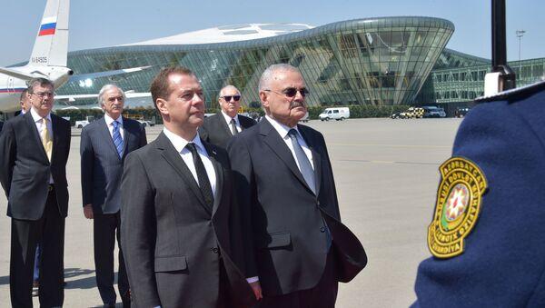 Председатель правительства РФ Дмитрий Медведев и премьер-министр Азербайджана Артур Таир оглы Раси-заде в аэропорту Баку