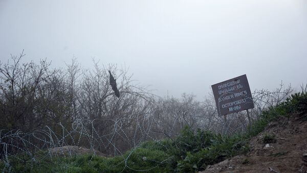 Табличка Мины на линии разграничения в Нагорном Карабахе
