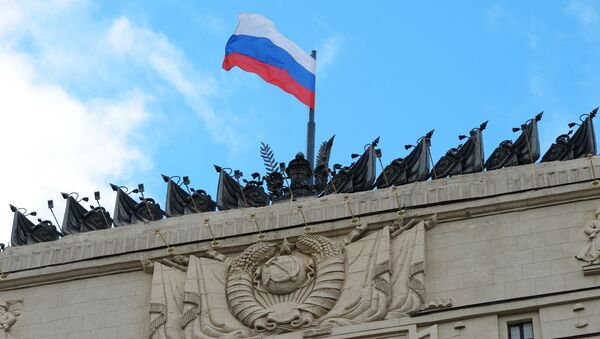 Флаг России на здании министерства обороны. Архивное фото