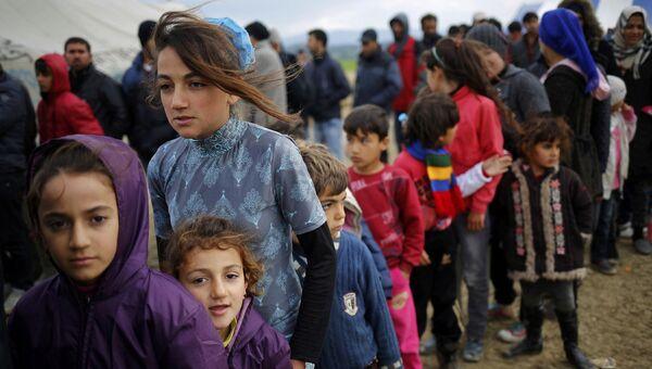 Очередь за чаем во временном лагере для мигрантов. Архивное фото