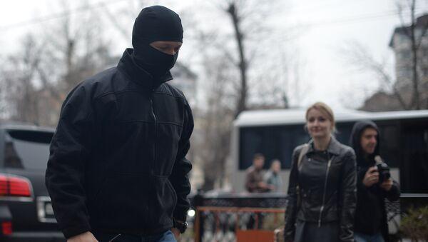 Сотрудник правоохранительных органов у входа в главное здание группы компаний Онэксим на Тверском бульваре, где проходят обыски