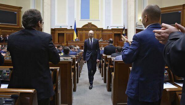 Бывший премьер-министр Украины Арсений Яценюк (в центре) на заседании Верховной рады Украины в Киеве. 14 апреля 2016