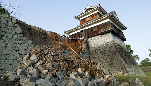 Поврежденная в результате землетрясения стена замка Кумамото в Японии. Апрель 2016