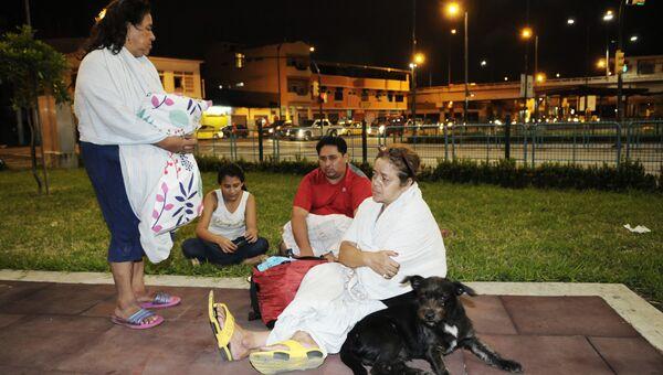 Местные жители в парке после землетрясения в Эквадоре