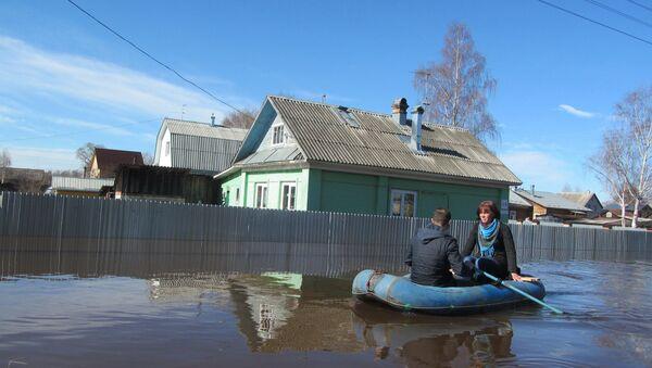 Люди на резиновой лодке во время паводка в Великом Устюге. Архивное фото