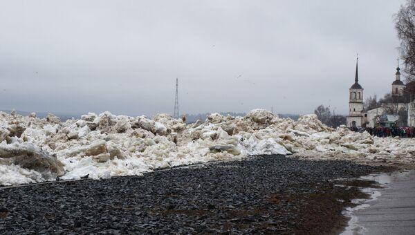 Ледяные торосы на набережной Вологды. Архивное фото