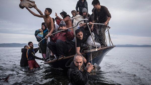 Мигранты прибывают из Турции на греческий остров Лесбос. 1 ноября 2015