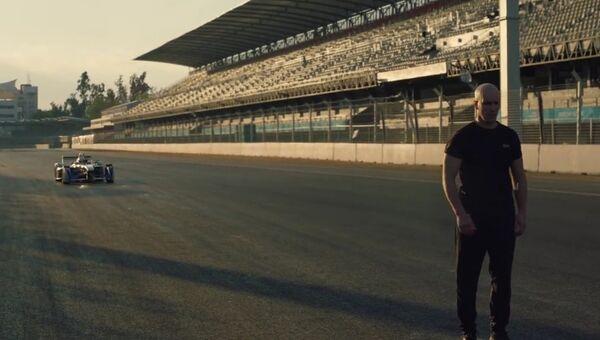 Невероятное сальто над болидом Формулы-E