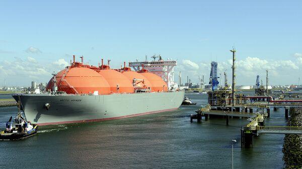 Корабль, транспортирующий природный газ в порту Ротердама, Нидерланды