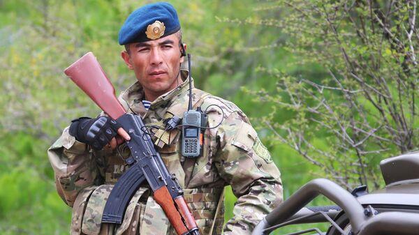 Военнослужащий армии Таджикистана во время совместных учений подразделений военной разведки государств-членов ОДКБ Поиск 2016 в Таджикистане