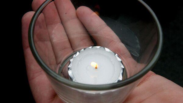 Свеча в руке. Архивное фото