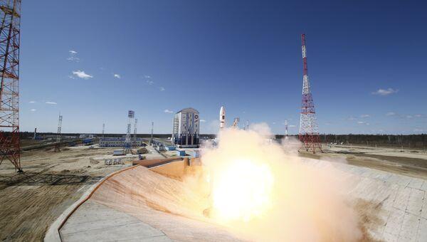 Старт ракеты-носителя Союз-2.1а с тремя российскими спутниками Ломоносов, Аист-2Д и SamSat-218 с космодрома Восточный
