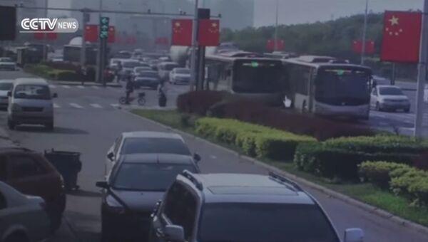 Водитель автобуса с пассажирами внутри пошел на таран другого автобуса