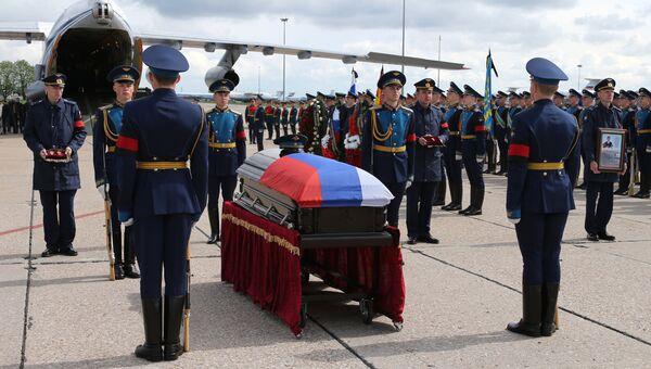 Церемония прощания с офицером спецназа, героем России Александром Прохоренко на аэродроме Чкаловский