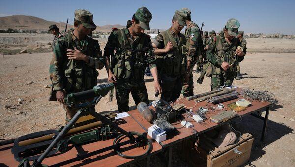 Обучение сирийских солдат поисковой тактике и обнаружению взрывных устройств. архивное фото