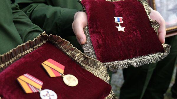 Медали офицера спецназа, героя России Александра Прохоренко, погибшего при выполнении боевой задачи в Сирии 17 марта. Архивное фото