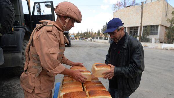 Раздача хлеба российскими военнослужащими жителям Сирии. Архивное фото