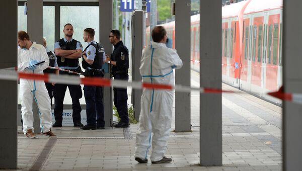 Сотрудники полиции  на железнодорожной станции в районе Мюнхена, Германия. 10 мая 2016