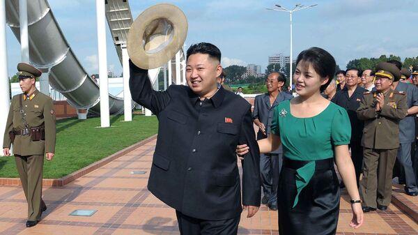 Северокорейский лидер Ким Чен Ын с женой Ли Соль Чжу