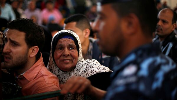 Люди на контрольно-пропускной пункт Рафах на границе с сектором Газа