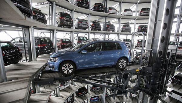 Башня доставки автомобилей на заводе немецкого автопроизводителя Volkswagen. Архивное фото