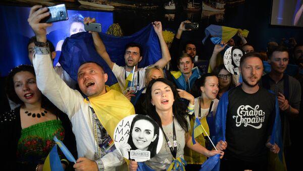 Болельщики конкурсантки от Украины Джамалы в пресс-центре во время ее выступления в финале международного конкурса Евровидение-2016, на церемонии награждения.