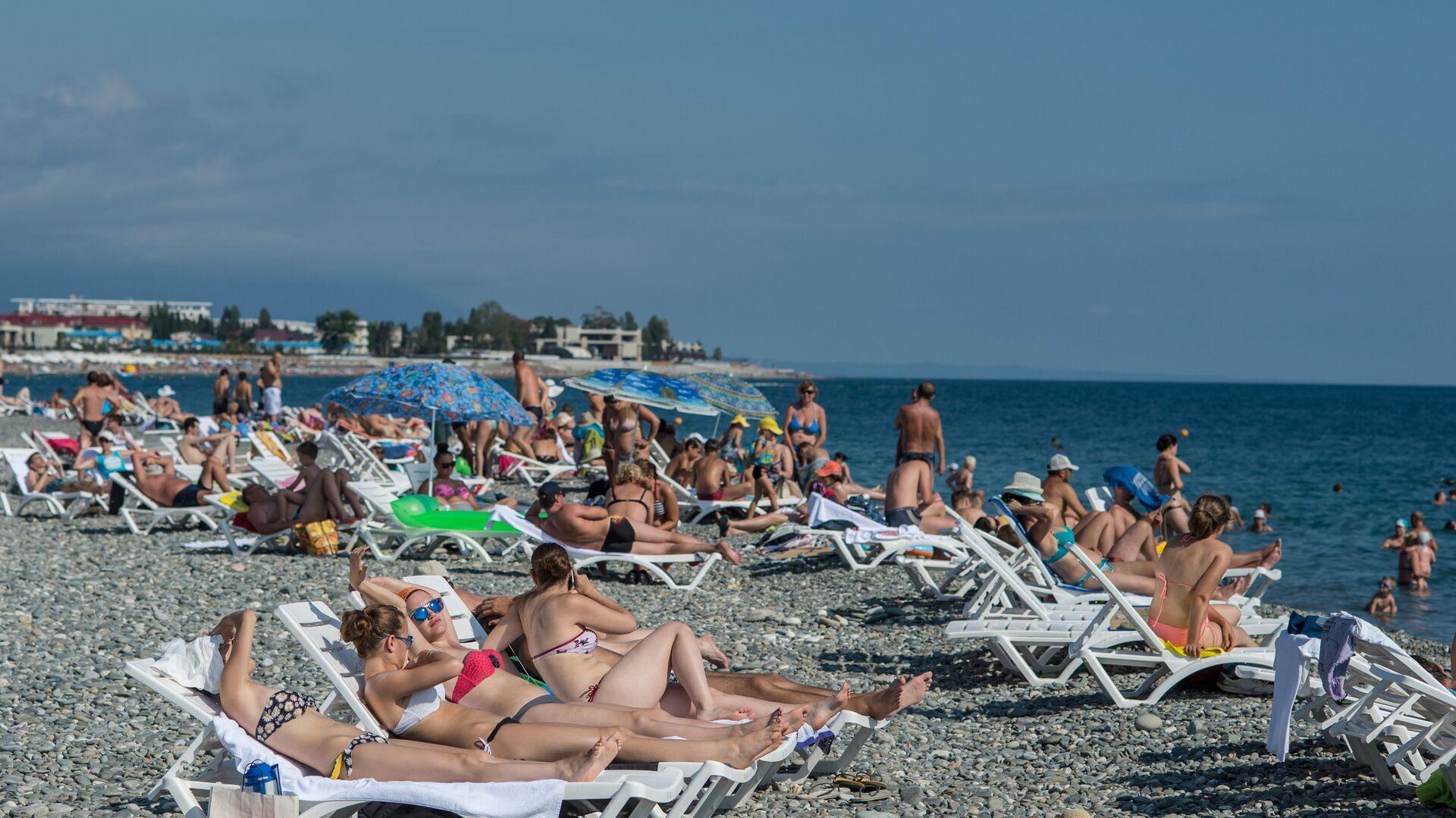 Отдыхающие на пляже в Сочи - РИА Новости, 1920, 05.08.2021