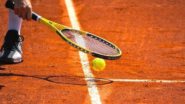 Игра в теннис. Архивное фото