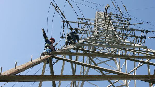 Монтажники во время проведения неотложных работ на линии электропередачи. Архивное фото
